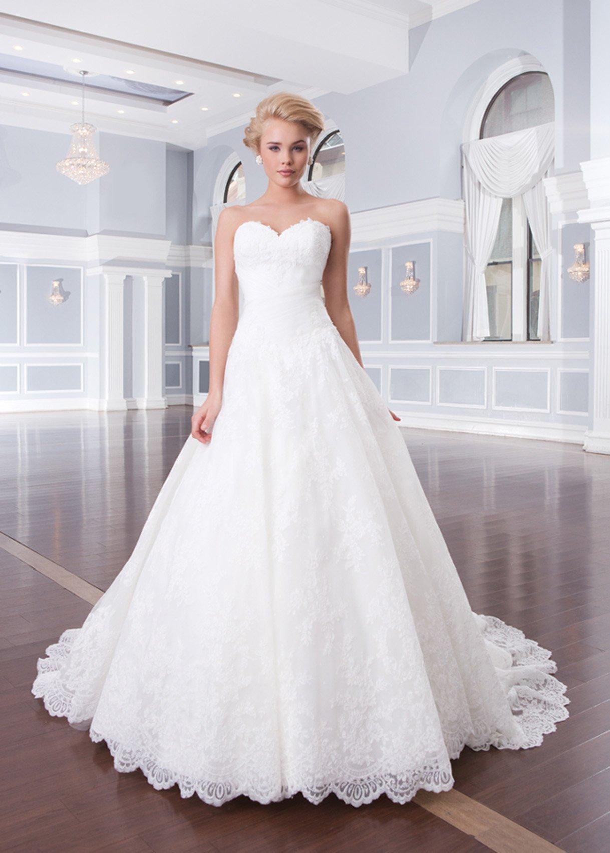 62adae12539 Некоторые дизайнеры предлагают кружевные свадебные платья